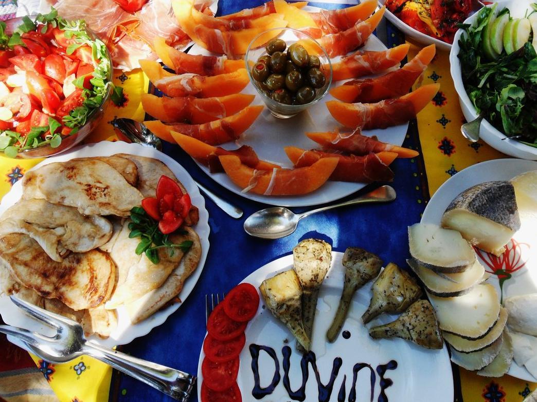 Du Vine Picnic In Tuscany